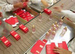 pakowanie kosmetykow perfumy przy tasmie produkcja